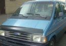 Ford Aerostar color azul